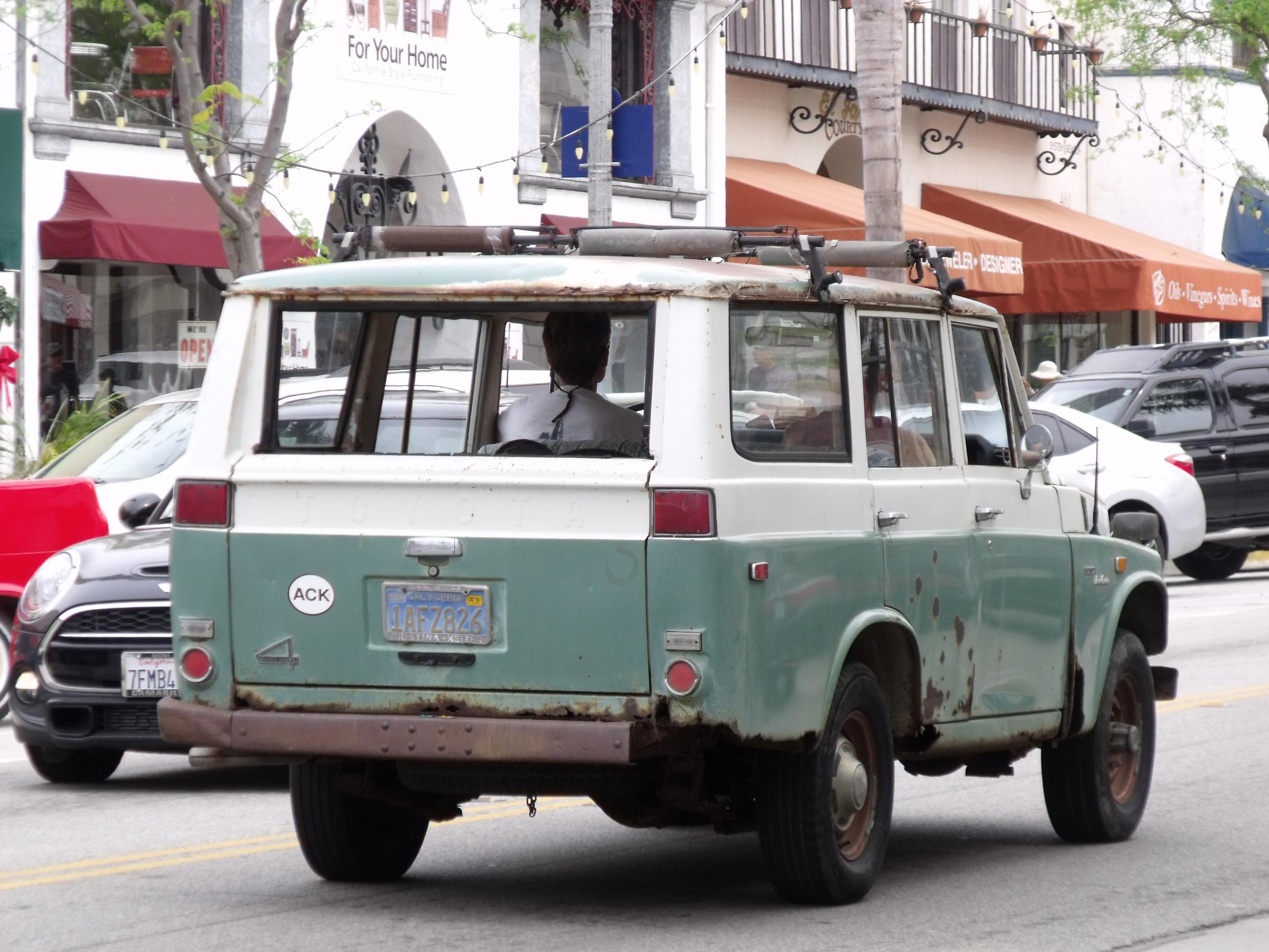 A quite rusty Toyota Land Cruiser in Ventura CA